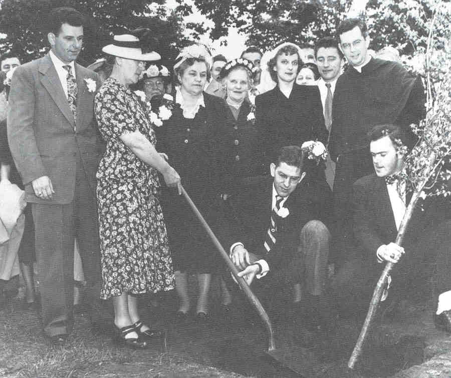 mother's day tree planting.jpg (67304 bytes)